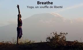 africain qui pratique le yoga